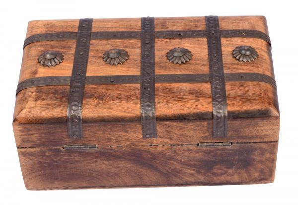 Hangefertigte Holzkiste mit Metallbeschlägen, 20x12x8cm