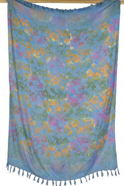 Hellblauer Batik Sarong mit Blueten